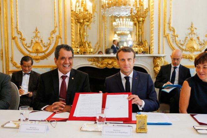 Le président de la Polynésie française, Édouard Fritch, et Emmanuel Macron en 2019. © Photo Régis Duvignau / Pool / AFP
