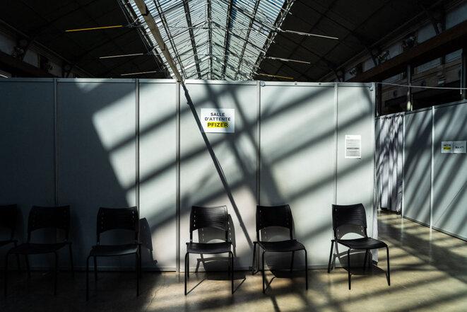La salle d'attente pour les vaccinations avec le vaccin Pfizer dans un centre situé au «104» à Paris, en avril 2021. © Photo Amaury Cornu / Hans Lucas via AFP