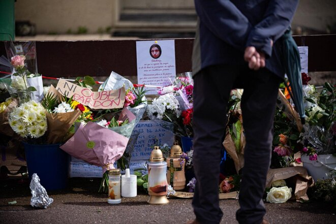 Mérignac, le 7 mai 2021. Des passants se recueillent devant le domicile de Chahinez Daoud, victime d'un féminicide conjugal le 4 mai. © Photo Stéphane Duprat / Hans Lucas via AFP