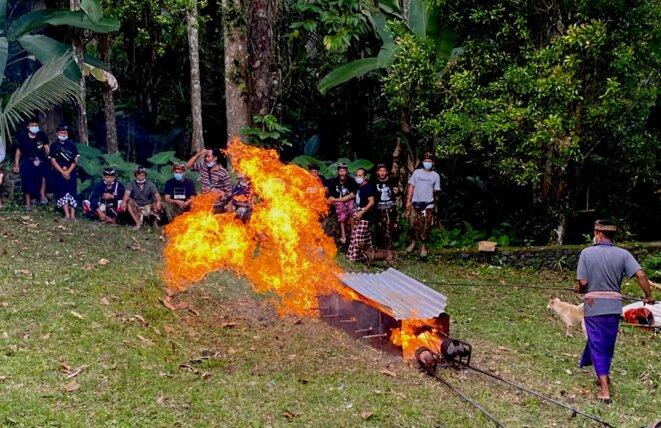 Crémation et lance-flamme un vendredi 14 juillet © Claude Hudelot