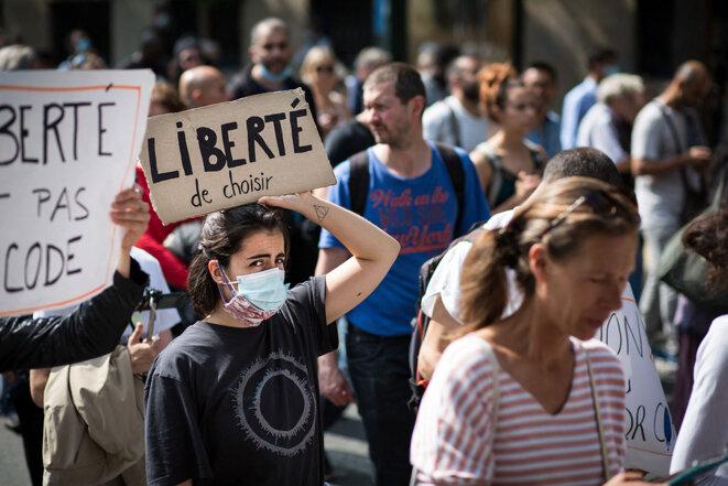 Manifestation contre le passe sanitaire et la vaccination obligatoire à Paris, le 17 juillet 2021. © Photo Katia Zhdanova / Hans Lucas via AFP