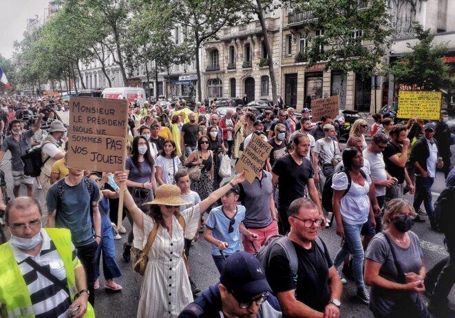 Cortège « gilets jaunes » contre le passe sanitaire, 24 juillet 2021, à Paris. © MC / Mediapart