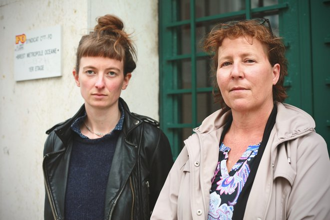 Lena et Christelle, à Brest devant le local de FO. © Rozenn Le Carboulec / Mediapart