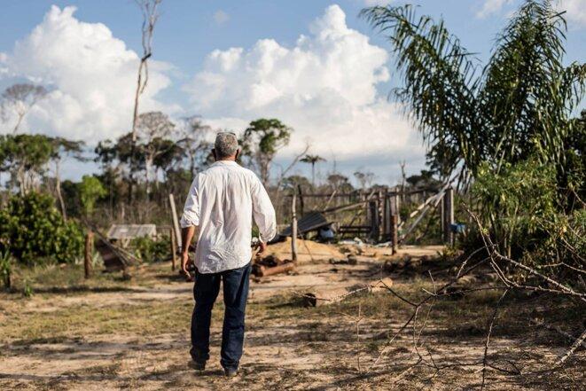 Ricardo face à sa maison éventrée, au sein de la fazenda Vilhena. © Photo Jean-Mathieu Albertini pour Mediapart