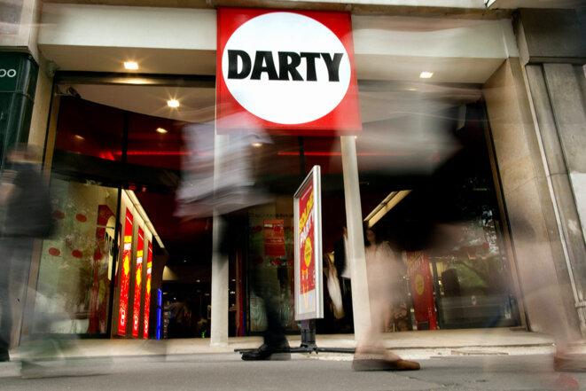 Dans une quinzaine de magasins Darty, situés dans Paris et sa proche banlieue, un système a été mis en place afin de permettre le paiement en espèces hors des limites fixées par la loi. © Photo Kenzo Tribouillard / AFP