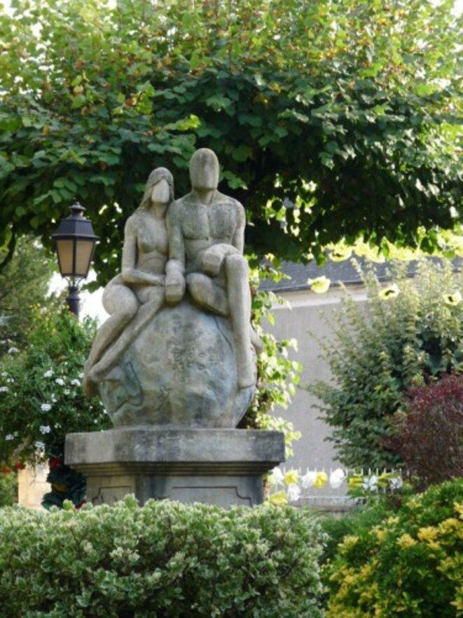 En 2000, c'est une statue, « Hymne à  la Paix », que Frédéric Vincent édifie sur la Terrasse de l'Amitié.