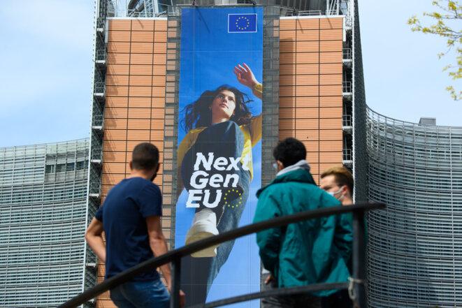 La nouvelle affiche NextGenerationEU sur la façade du Berlaymont. © Co-opérateurs:  Photographe: Christophe Licoppe  Architecte: André Polak, Berlaymont 2000, Lucien De Vestel, Jean Polak  Union européenne, 2021.