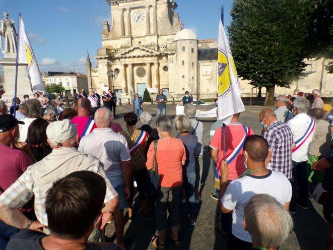 Manifestation devant l'hôpital de Luçon contre la fermeture des urgences de l'hôpital. © MB