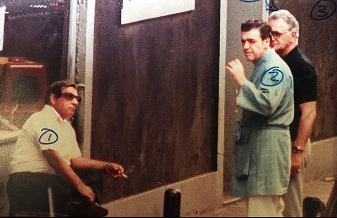 Vincent Gigante, en peignoir au centre, sur une photo de surveillance du FBI en 1980. © Photo FBI / Wikimedia commons