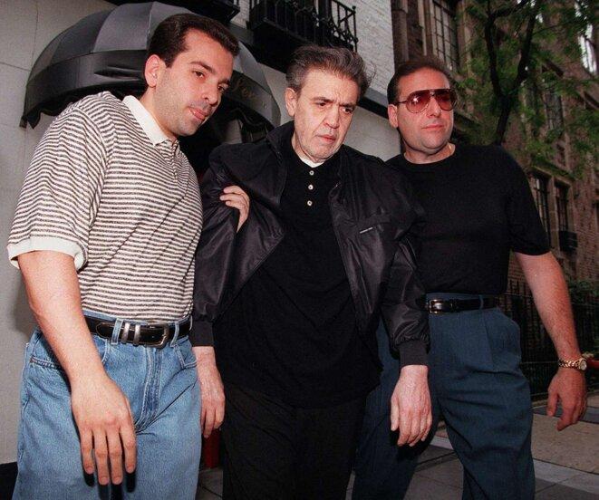 """Vincent """"The Chin"""" Gigante escorté par Vincent Esposito, à gauche, et Andrew Gigante, à droite, alors qu'il se rend à son procès fédéral pour racket à Brooklyn, New York, le 23 juillet 1997. © Photo Jon Levy / AFP"""