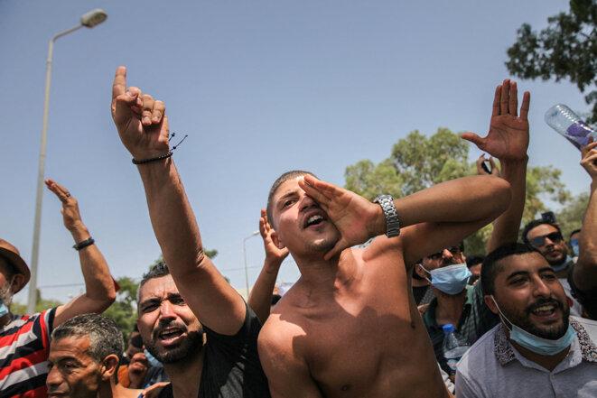 Des partisans du président Tunisien, Kais Saied, scandent des slogans contre le parti islamiste Ennahda lors d'une manifestation devant le parlement à Tunis, le 26 juillet 2021. © Photo de Chedly Ben Ibrahim / NurPhoto via AFP