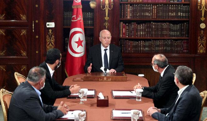 Kais Saied lors d'une réunion avec le président de l'Union tunisienne pour la défense des droits de l'homme, Cemal Muslim, le président du Forum tunisien pour les droits économiques et sociaux, Abdulrahman El-Hethili et le président de l'union des journalistes tunisiens Mohammed Yasin al-Jalasi, au Palais de Carthage à Tunis, le 27 juillet 2021. © Photo Présidence tunisienne / Agence Anadolu via AFP