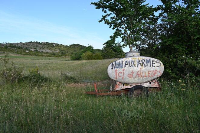Inscription antimilitariste sur le plateau, juillet 2021. © RG / Mediapart