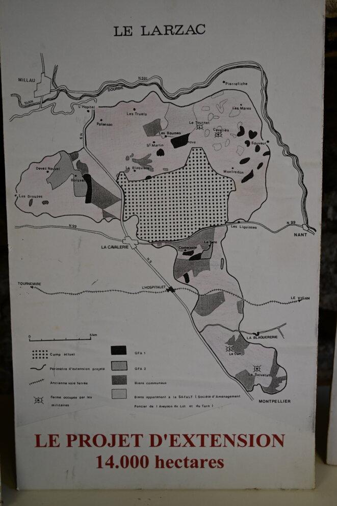 Le projet d'extension du camp militaire avant qu'il ne soit abandonné en 1981, exposé à la librairie de Montredon. © RG / Mediapart