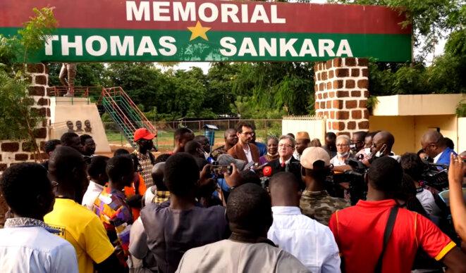 Jean-Luc Mélenchon prononçant son allocution à Ouagadougou, le 19 juillet 2021, devant le mémorial Tomas Sankara. Capture-écran-2021.07.20-17:44