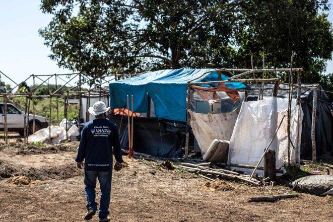 Octavio fait le tour du campement de fortune installé en bord de route après l'expulsion de plusieurs familles. © Photo Jean-Mathieu Albertini pour Mediapart
