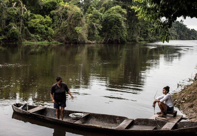 Des habitantes du «quilombo» se préparent à nettoyer la pêche du matin. À cause des pesticides, même quand la pêche est bonne, les poissons sont plus petits. © Photo Jean-Mathieu Albertini pour Mediapart