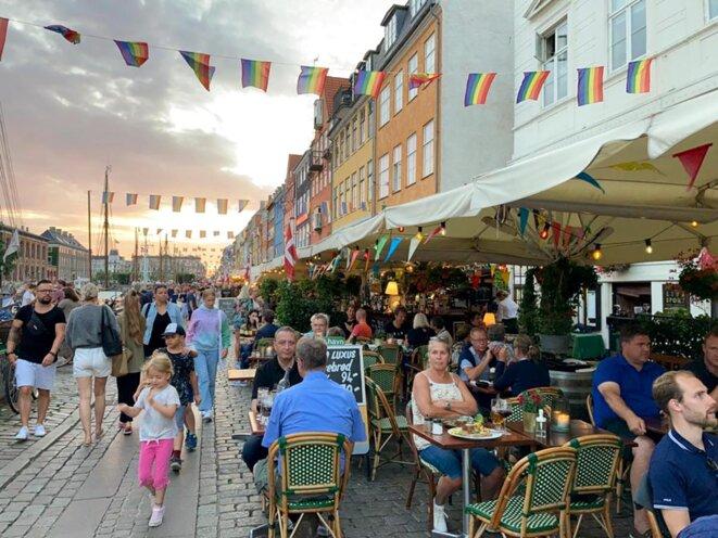 Terrasses pleines, pas de masques, à Copenhague presque une vision du monde de demain? © Photo Rozenn Le Saint pour Mediapart