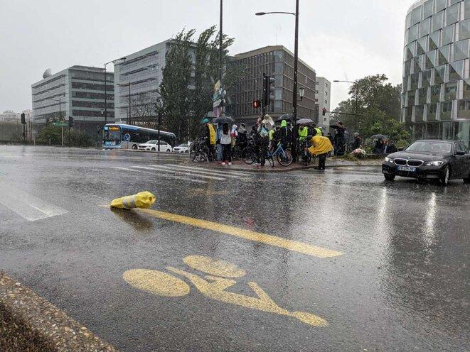 La jeune femme décédée sur cette piste cyclable est passée à droite d'un poids lourd, qui tournait de son côté. Le conducteur ne l'a pas vue. © Photo Rémi Yang pour Mediapart