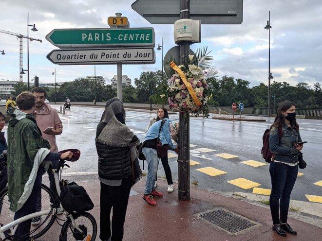 Boulogne-Billancourt, le 27 juillet 2021. Rassemblement sur le quai du Point-du-Jour à Boulogne-Billancourt pour rendre hommage à une cycliste de 24 ans qui y a trouvé la mort quelques jours avant. © Photo Rémi Yang pour Mediapart