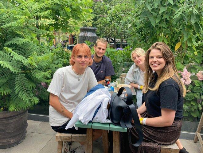 Au parc d'attraction de Tivoli, à Copenhague, ces étudiants étaient pressés de se faire vacciner pour retrouver une certaine liberté. © RLS
