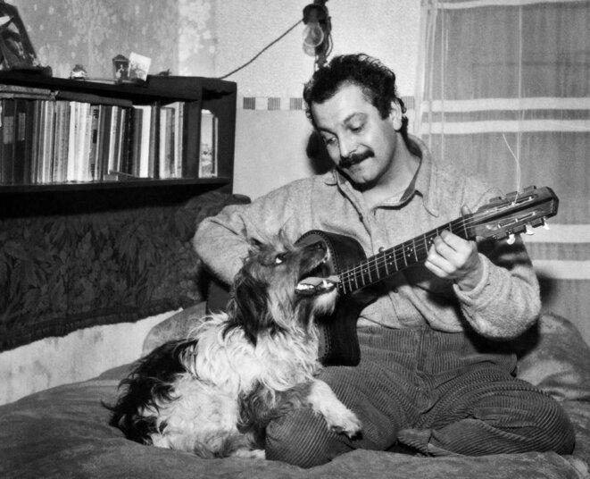 Georges Brassens en 1953. © Photo Henri Elwing / AFP