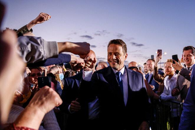 Rafał Trzaskowski avec ses partisans lors du deuxième tour de l'élection présidentielle à Varsovie, le 12 juillet 2020. © Photo Dominika Zarzycka / NurPhoto via AFP