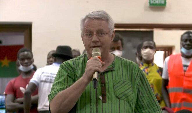Phillipe Arnold, Secrétaire Général délégué pour l'Afrique de la Fondation Dreyer au Burkina-Faso, après avoir indiqué qu'il partageait les propositions formulées par Jean-Luc Mélenchon selon sa vision d'un d'avenir pour une francophonie nouvelle, s'interroge : « Le nombre de burkinabés qui parlent le français, n'est proportionnellement pas aussi nombreux que celui de cette salle »