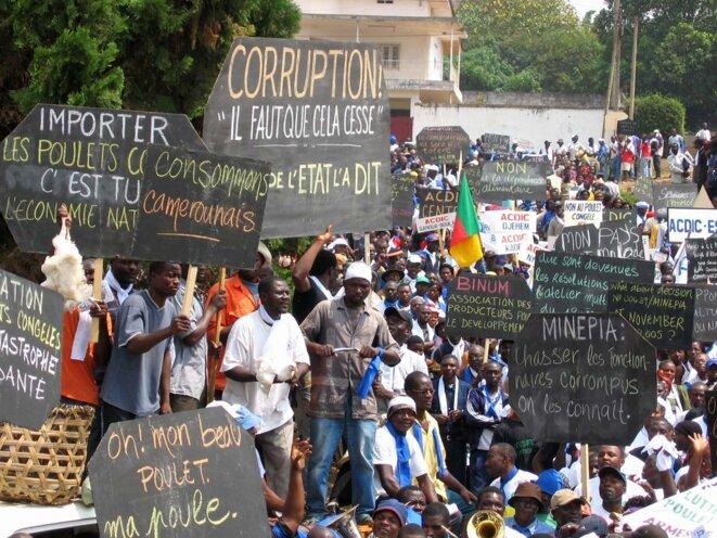 Manifestation de l'Association citoyenne pour la défense des intérêts desconsommateurscontre les détournements de fonds au ministère de l'agriculture, à Yaoundé, à la fin des années 2000. © Photo Fanny Pigeaud