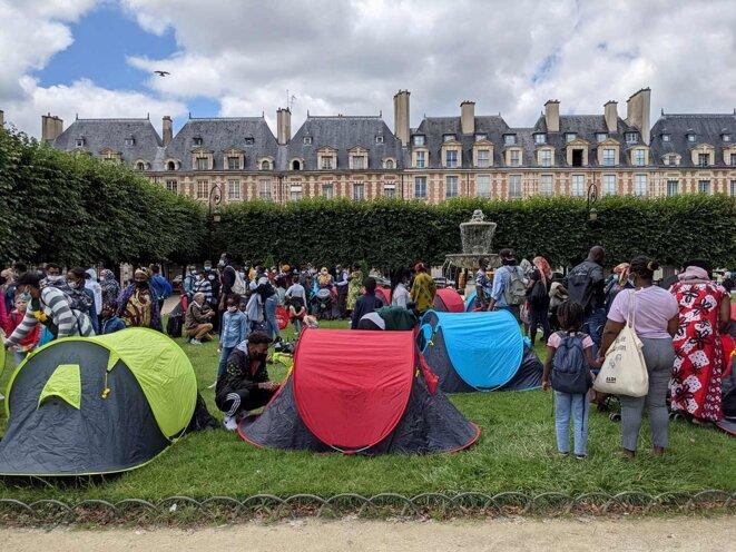 600 personnes sans abri ont occupé la place des Vosges, à Paris, le 29 juillet 2021. © Photo Rémi Yang pour Mediapart