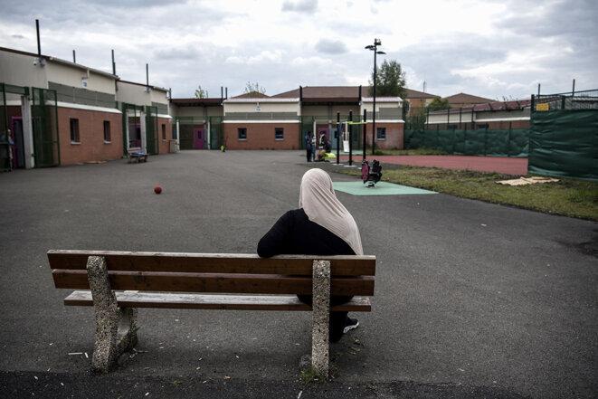 Dans une cour du Centre de rétention administrative du Mesnil-Amelot, en mai 2019. © Photo Christophe Archambault / AFP