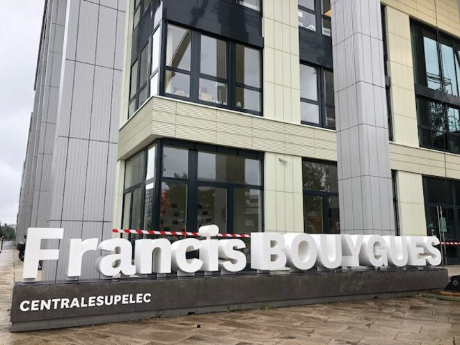 Le bâtiment Francis-Bouygues de CentraleSupélec, sur le plateau de Saclay, en juillet 2021 (JL).