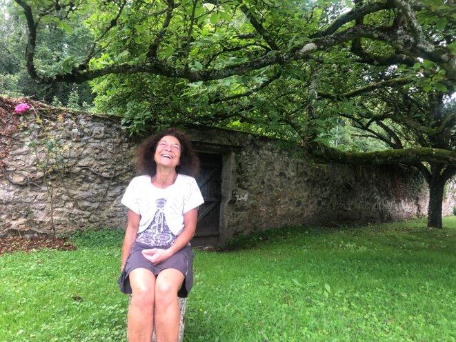 Cristiana Modica Vandame, dans le jardin de sa ferme, 26 juillet 2021 (JL).