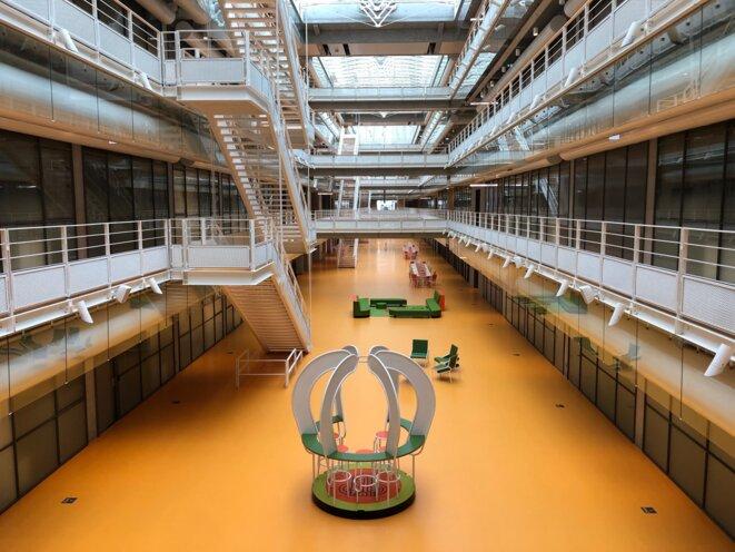 L'atrium de l'ENS à Saclay, conçu par Renzo Piano, en juillet 2021 (JL).
