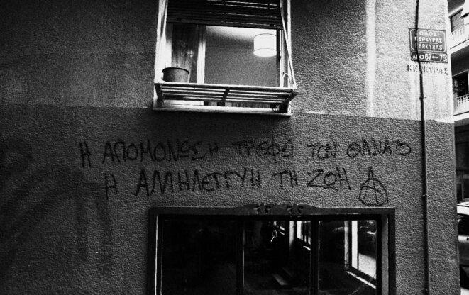 « L'isolement alimente la mort, la solidarité alimente la vie. » Kypseli (Athènes), juillet 2021.