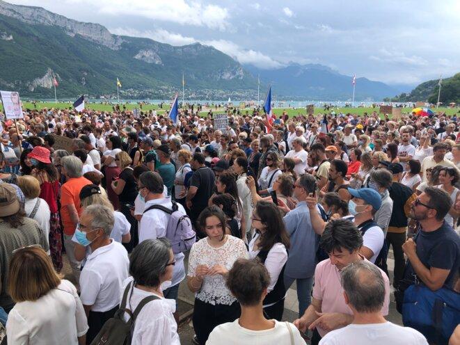 Des opposants au passe sanitaire se regroupent au Pâquier, à Annecy, samedi 31 juillet. © YS / Mediapart