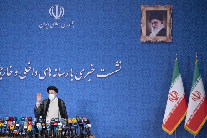 Ebrahim Raisi, lors de sa première conférence de presse juste après son élection à la présidence iranienne, le 21 juin 2021 à Téhéran. © Morteza Nikoubazl / NurPhoto via AFP
