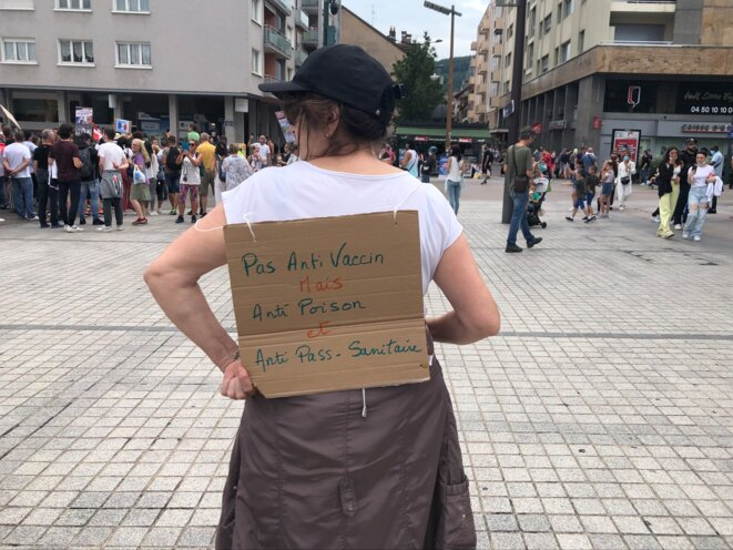 Yvette, 70 ans, manifeste contre le passe sanitaire à Annecy, le 31 juillet 2021. © YS / Mediapart