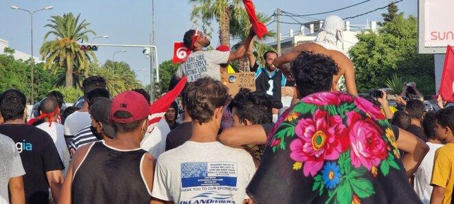 25 juillet 2021. Les jeunes soutiens de Kais Saied devant le Bardo . © LB / MP