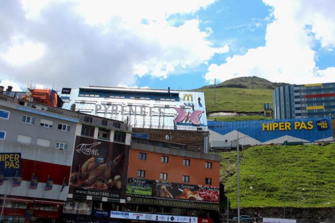 Le Pas de la Case, ville-centre commercial de la petite principauté d'Andorre connue pour sa plus basse TVA d'Europe et sa fiscalité très avantageuse. © Photo Emmanuel Riondé pour Mediapart