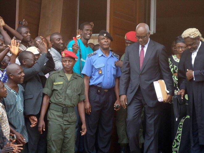 Yaoundé, le 16 juillet 2012, L'ex-ministre camerounais de l'intérieur Marafa Hamidou Yaya quitte le tribunal lors de son procès pour détournement de fonds publics dans l'affaire d'un scandale concernant l'acquisition d'un avion présidentiel. © Photo Reinnier Kaze / AFP