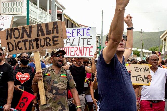 Saint-Martin, le 24 juillet 2021, manifestation dans les rues de Marigot contre la vaccination obligatoire et le passe sanitaire. © Photo Fanny Fontan / Hans Lucas via AFP