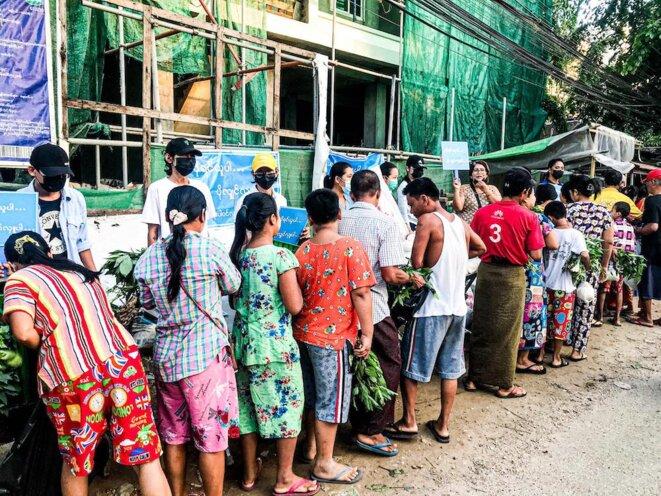 10 avril 2021 à Yangon. Don de nourriture dans le quartier de Thuwanna selon la règle : « Si vous avez besoin, venez prendre mais si vous en avez plus, merci de faire un don. » © Collectif The Myanmar Project