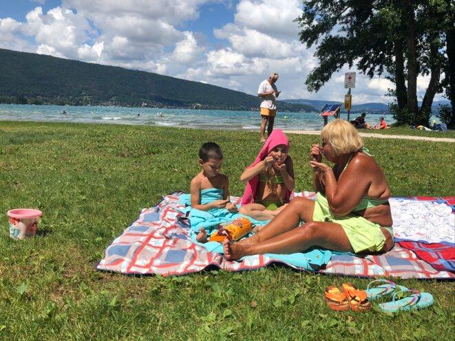 Henriette et ses petits-enfants déjeunent sur la plage de Saint-Jorioz en Haute-Savoie. © YS / Mediapart
