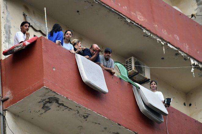 Beirut residents without power to air conditioning units escape to their balconies. © Houssam Shbaro / Anadolu Agency via AFP