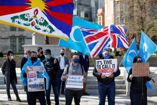 Des manifestants tiennent des pancartes lors d'une manifestation contre le génocide ouïghour, à Londres, en Grande-Bretagne, le 22 avril 2021. REUTERS/Peter Nicholls/File Photo