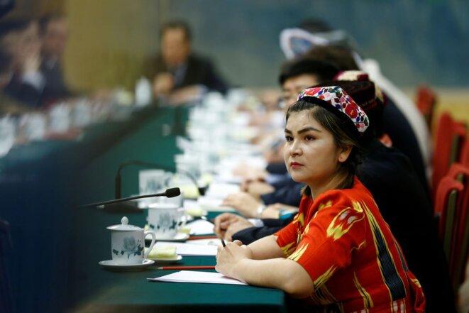 Un délégué portant un costume traditionnel assiste à une session de la région autonome ouïghoure du Xinjiang en marge de l'Assemblée populaire nationale (APN) au Grand Palais du Peuple à Pékin, en Chine, le 13 mars 2018. REUTERS/Thomas Peter/File Photo