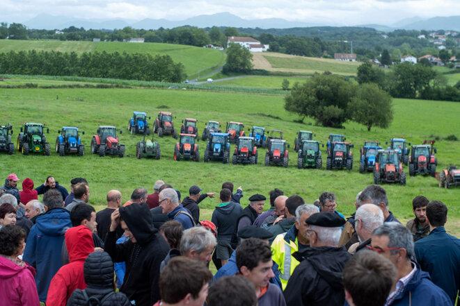 Arbonne, le 13 juillet 2021. Des centaines de fermiers basques occupent, avec leurs tracteurs, un terrain vendu hors de prix afin que les terres restent agricoles. © Photo Pierre Larrieu / Hans Lucas via AFP