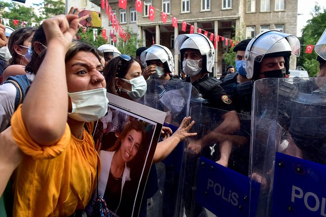Istanbul, le 17 juin 2021. Manifestation en hommage à Deniz Poyraz, tuée par un homme, partisan affiché de l'extrême droite, dans les bureaux du parti pro-kurde HDP de la province d'Izmir le même jour. © Photo par Zeynep Kuray / AFP
