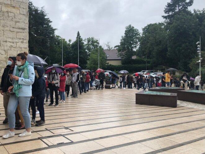 File d'attente à l'entrée du musée-château à Annecy, mercredi 4 août. © YS / Mediapart